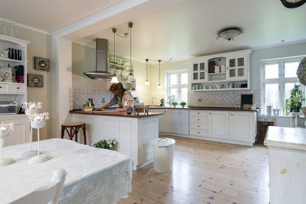 Efektowne sposoby na zasłonięcie okna kuchennego.