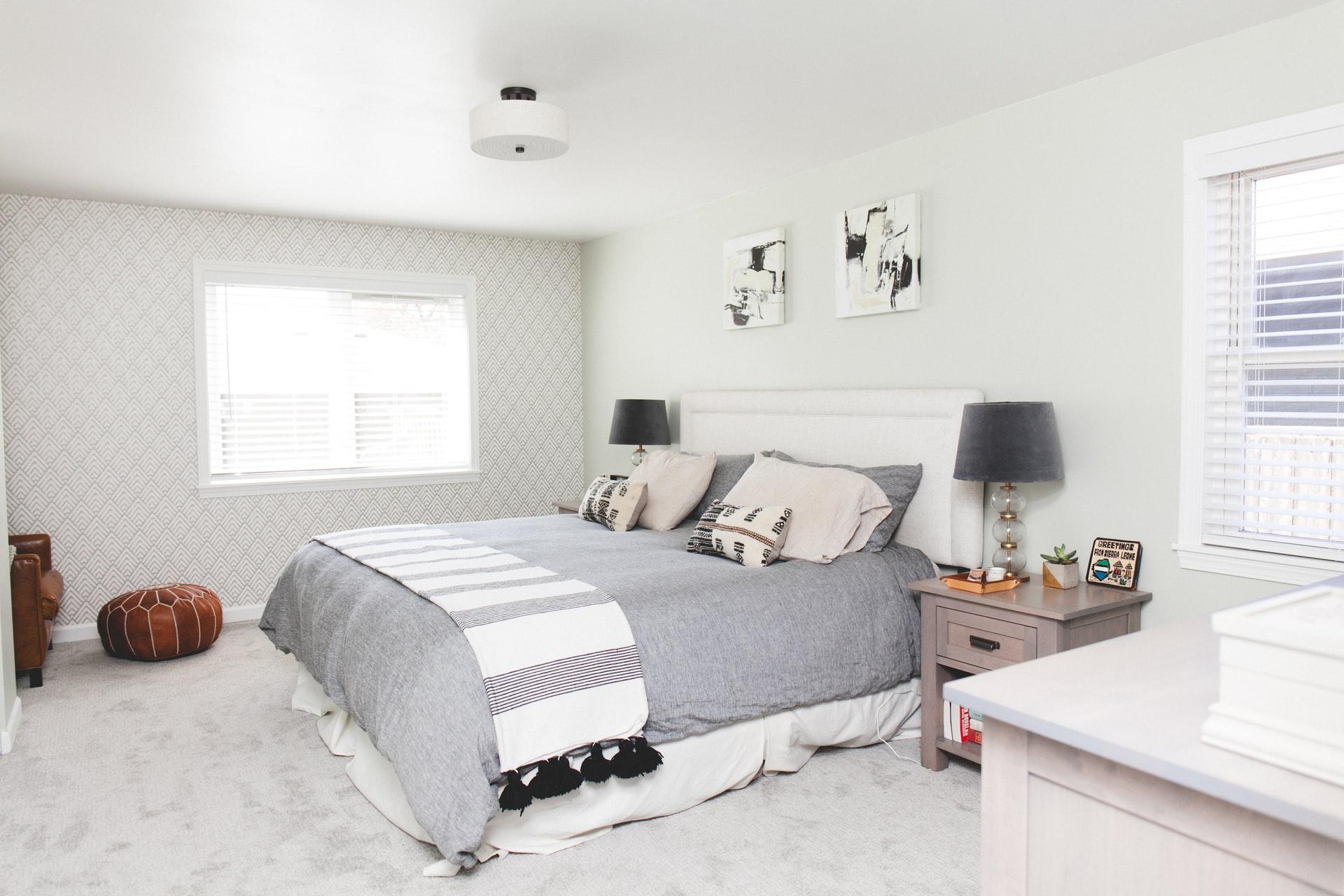 Jak dobrze i praktycznie urządzić domową sypialnię