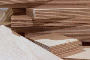 Czym się różni sklejka od drewna?
