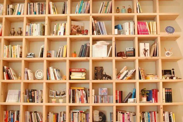 Drewniany regał na książki