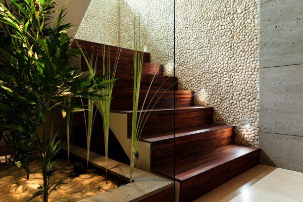 Oświetlenie schodów w domu – bezpieczeństwo i wygoda.