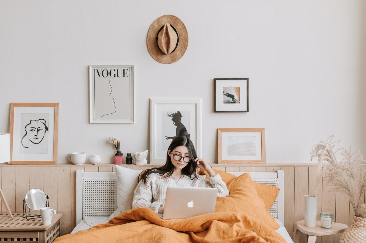 Łóżka sosnowe do sypialni – czy warto?