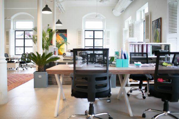 Jakie krzesła ergonomiczne mogą pomóc przy bólach kręgosłupa?