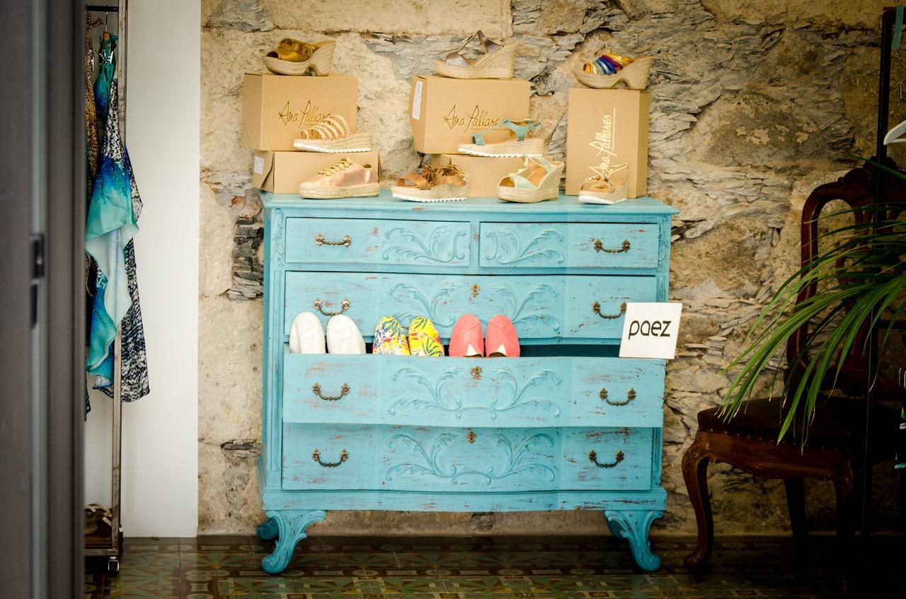 Komoda na nóżkach do salonu w stylu skandynawskim, vintage, retro… Jak stworzyć stylową aranżację z komodą na nóżkach?